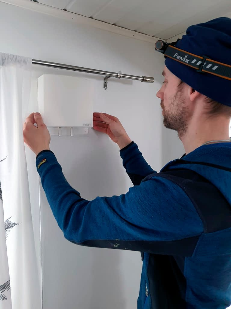 Antti asentamassa Finluftin korvausilmalaitetta